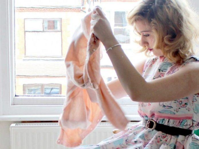 cliomakeup-come-vendere-vestiti-usati-ragazza-piega-vestiti