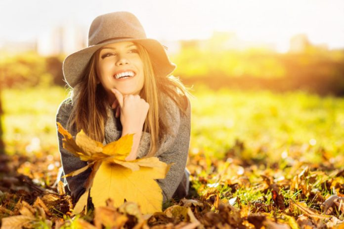 cliomakeup-skincare-dopo-estate-ragazza-sorridente-autunno