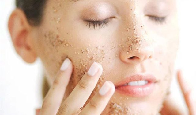 cliomakeup-skincare-dopo-estate-ragazza-scrub-viso