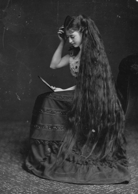 ClioMakeUp-movimento-nappy-5-donna-capelli-lunghi.jpg