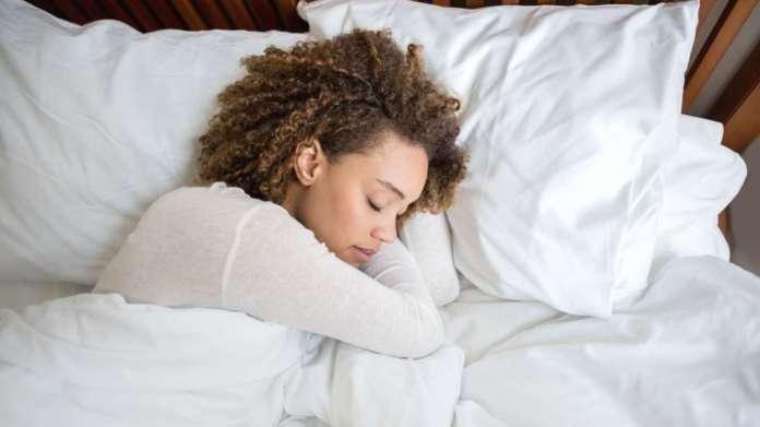 cliomakeup-balsami-labbra-notte-10-ragazza-che-dorme