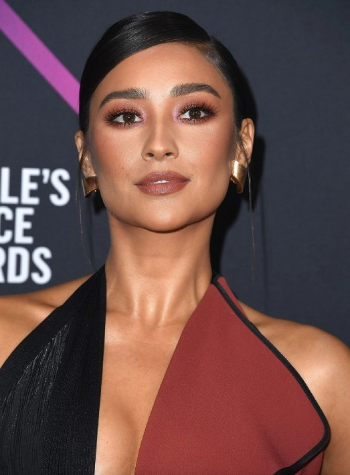 cliomakeup-people-choice-awards-2018-12-shay-mitchell