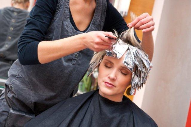cliomakeup-pericoli-raccomandazioni-tinta-gravidanza-donna-tinta-parrucchiere