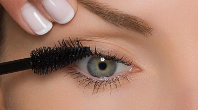 cliomakeup-trucco-occhi-piccoli-4-applicazione-mascara