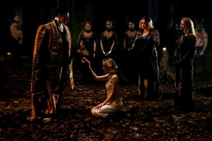 cliomakeup-terrificanti-avventure-sabrina-netflix-beauty-looks-14-cerimonia