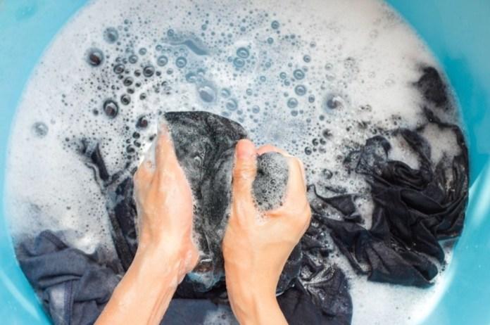 cliomakeup-jeans-neri-sbiaditi-5-lavaggio-a-mano