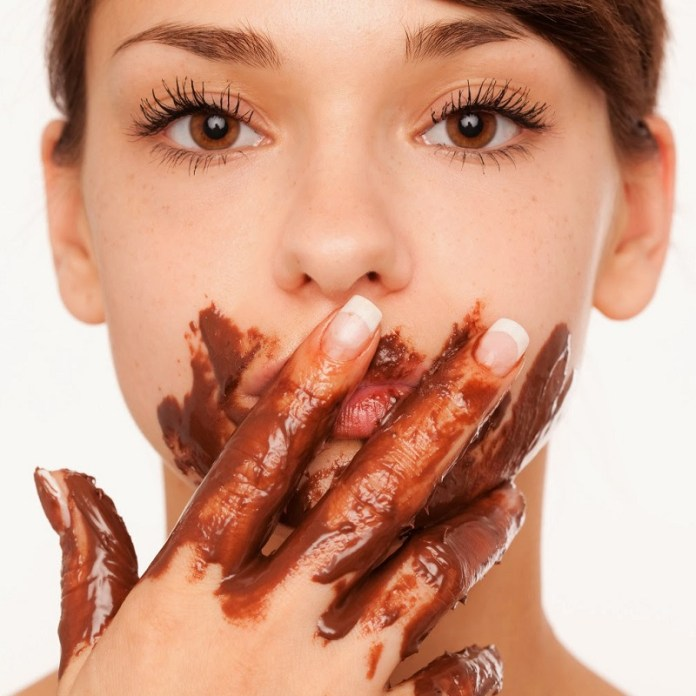 cliomakeup-alimenti-amici-buon-umore-17-eating-chocolate