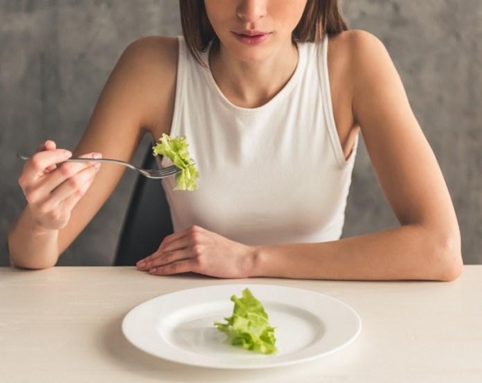 cliomakeup-dieta-per-ingrassare-3-ragazza-mangia-poco1.jpeg