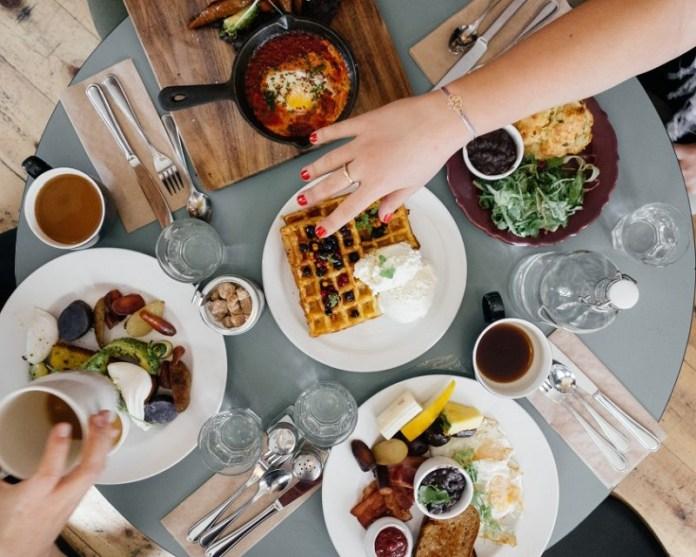 cliomakeup-mindful-eating-14-mangiare-socializzazione