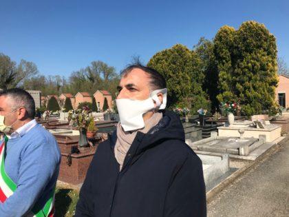 Bare da Bergamo. In certosa il figlio attende di piangere sul feretro del padre