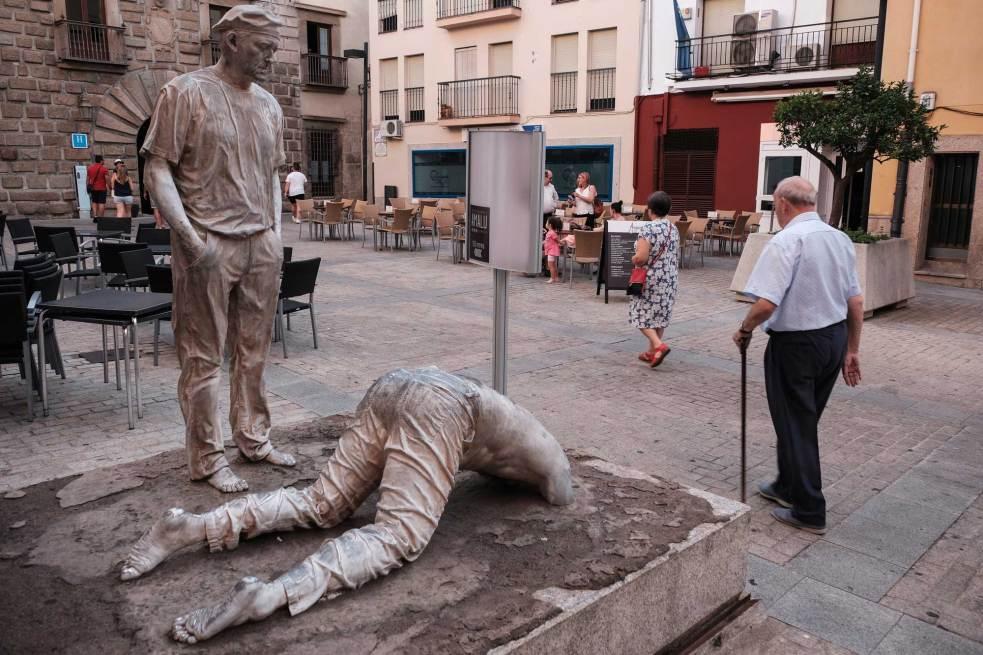 La obra de arte 'Escena 3' en la Plaza de Ansano, convive con palacios de siglos pasados.