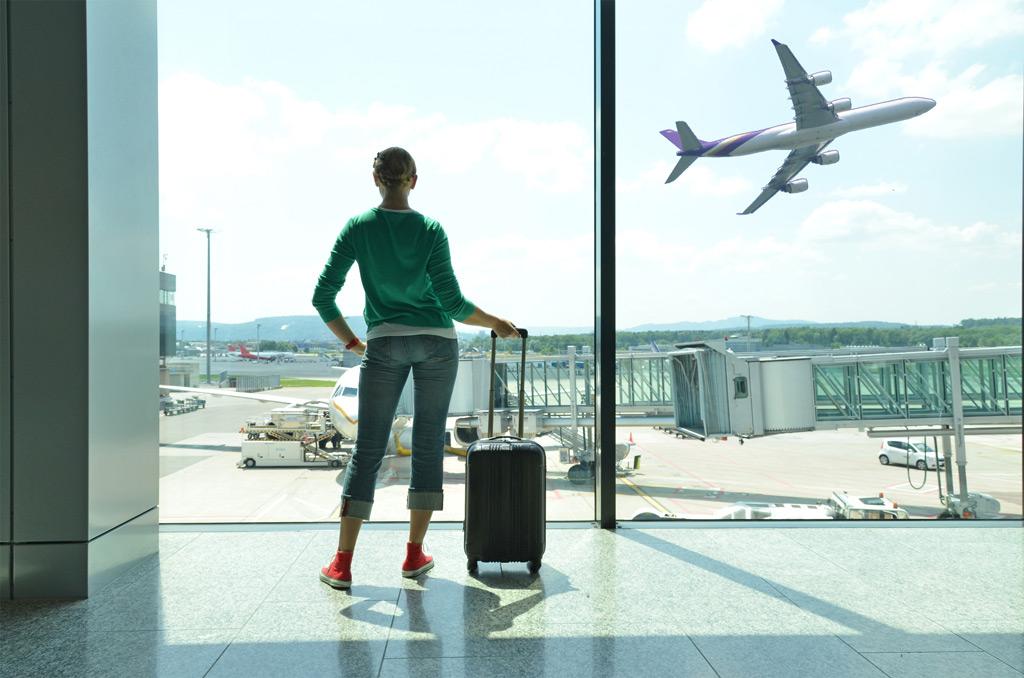 Фото: Девушка у окна аэропорта