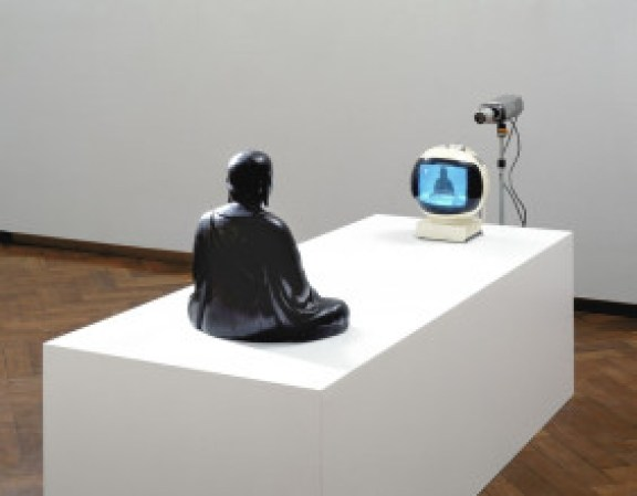 Nam June Paik, 'TV-Buddha', 1974. Collectie Stedelijk Museum Amsterdam. Foto: Stedelijk Museum Amsterdam.