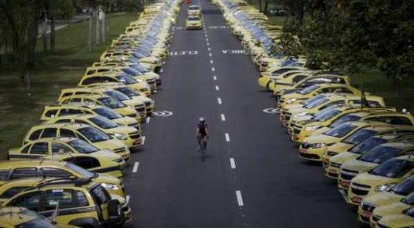 Les taxis bloquent les rues de Rio de Janeiro pour protester contre Uber