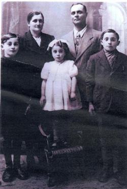 Mali Rolando (levo)  z družino