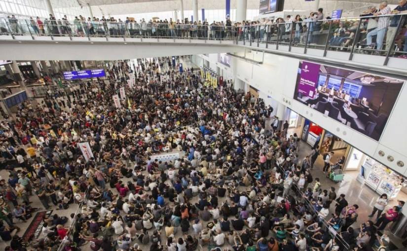 crowd-in-airport