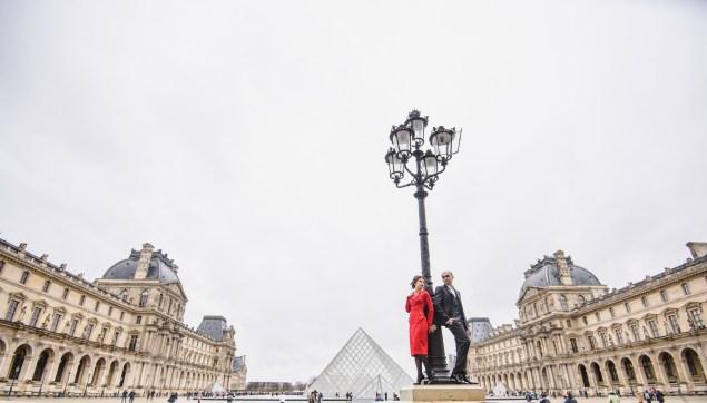 Louvre piramide, photographer in Paris