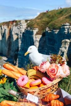 Пикник на скалах в Нормандии. Этрета фотографии