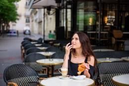 Девушка в кафе Парижа