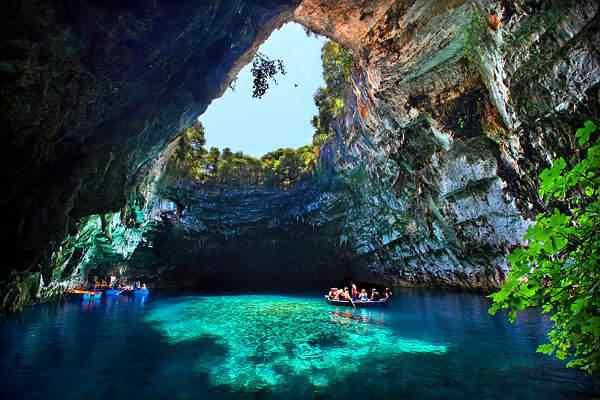 Melissani Cave Greece1 As 30 cavernas mais legais do mundo