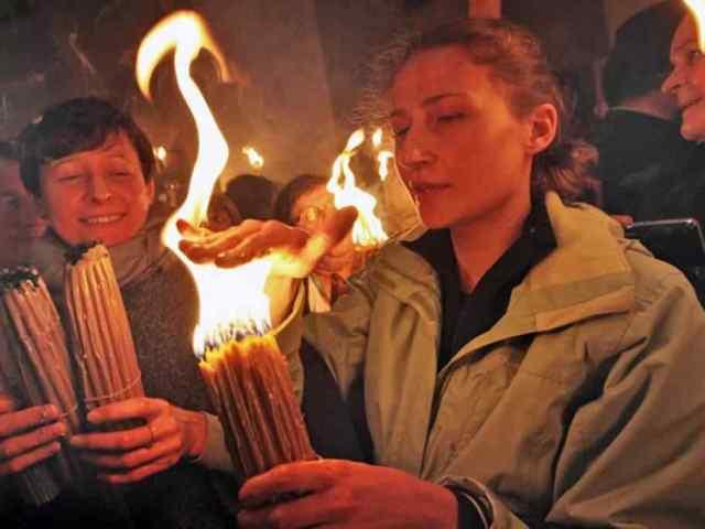 """Parte do mistério do Fogo sagrado é que ele é """"frio"""" por meia hora após ser aceso."""