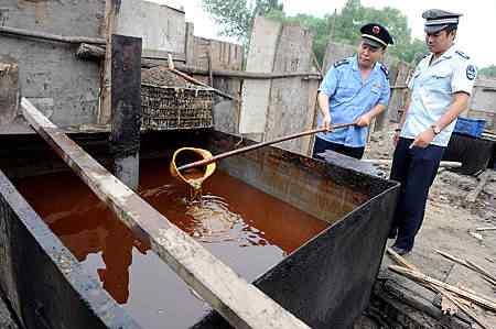Polícia inspeciona depósito de óleo de esgoto