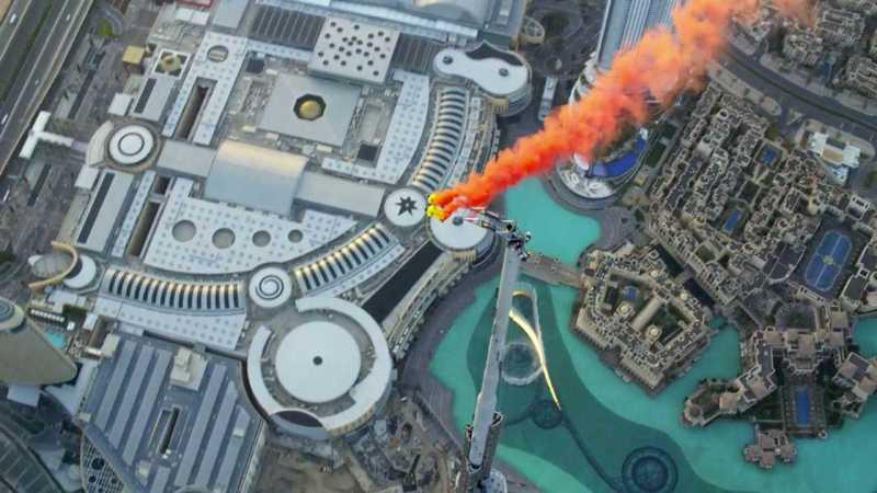 Daredevils-Jump-off-Burj-Khalifa-in-Dubai-01