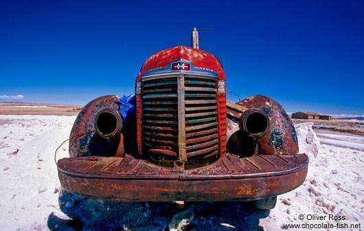 Salar-de-Uyuni-car-wreck