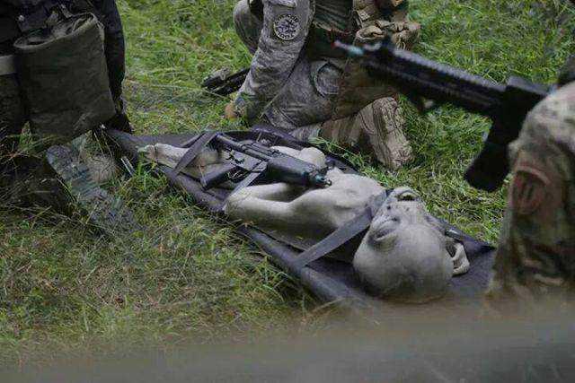 Esta foto do que seria um alien morto, em meio a militares, está causando furor na internet. Ela foi divulgada pelo blog areazone51ufos.blogspot, que é escrito em francês