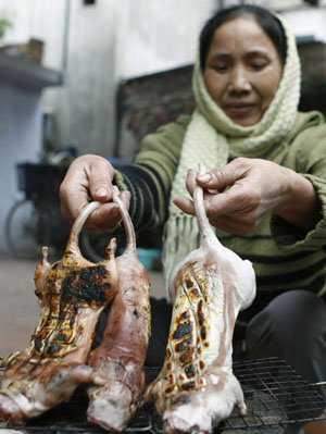 Vendedora de rato no Vietnã: Tem do torradinho e do mal passado.