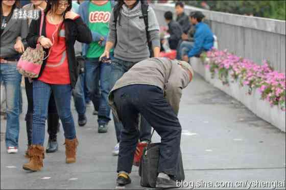 china-fake-crippled-beggar-05