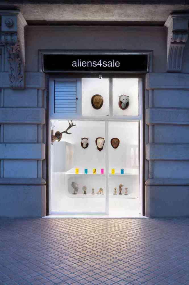 Que delícia um país onde você pode criar uma loja que vende aliens em conserva e não vai à falência.