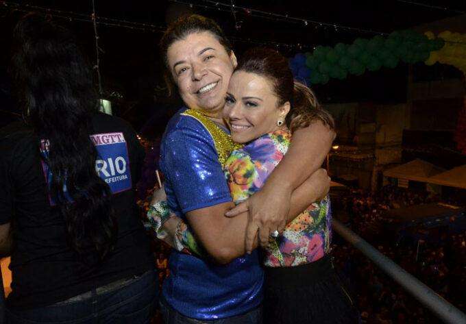 David Brazil protagoniza beijão com Viviane Araújo e causa burburinho na internet
