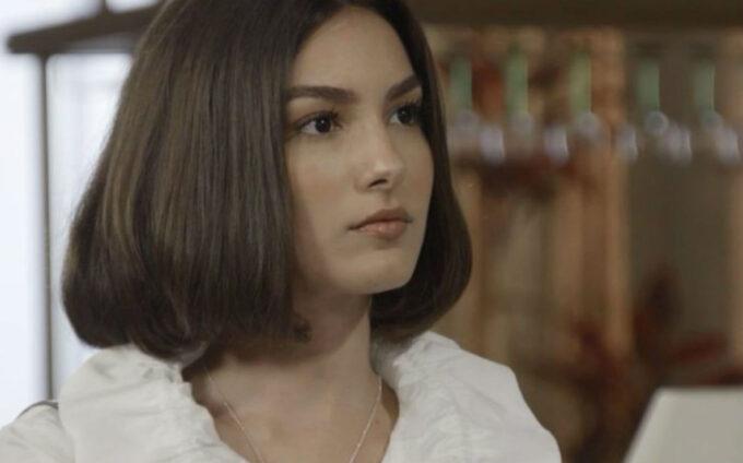 Verão 90: Pobre após perder, Larissa toma atitude radical e surpreende Diego