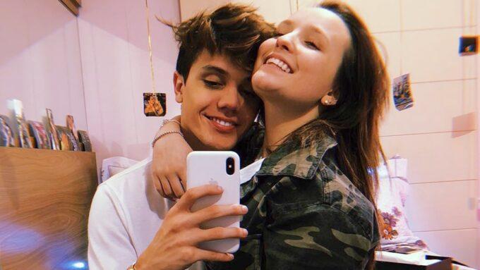 Após Fátima Bernardes, Larissa Manoela revela que tem a senha do celular do namorado e se defende