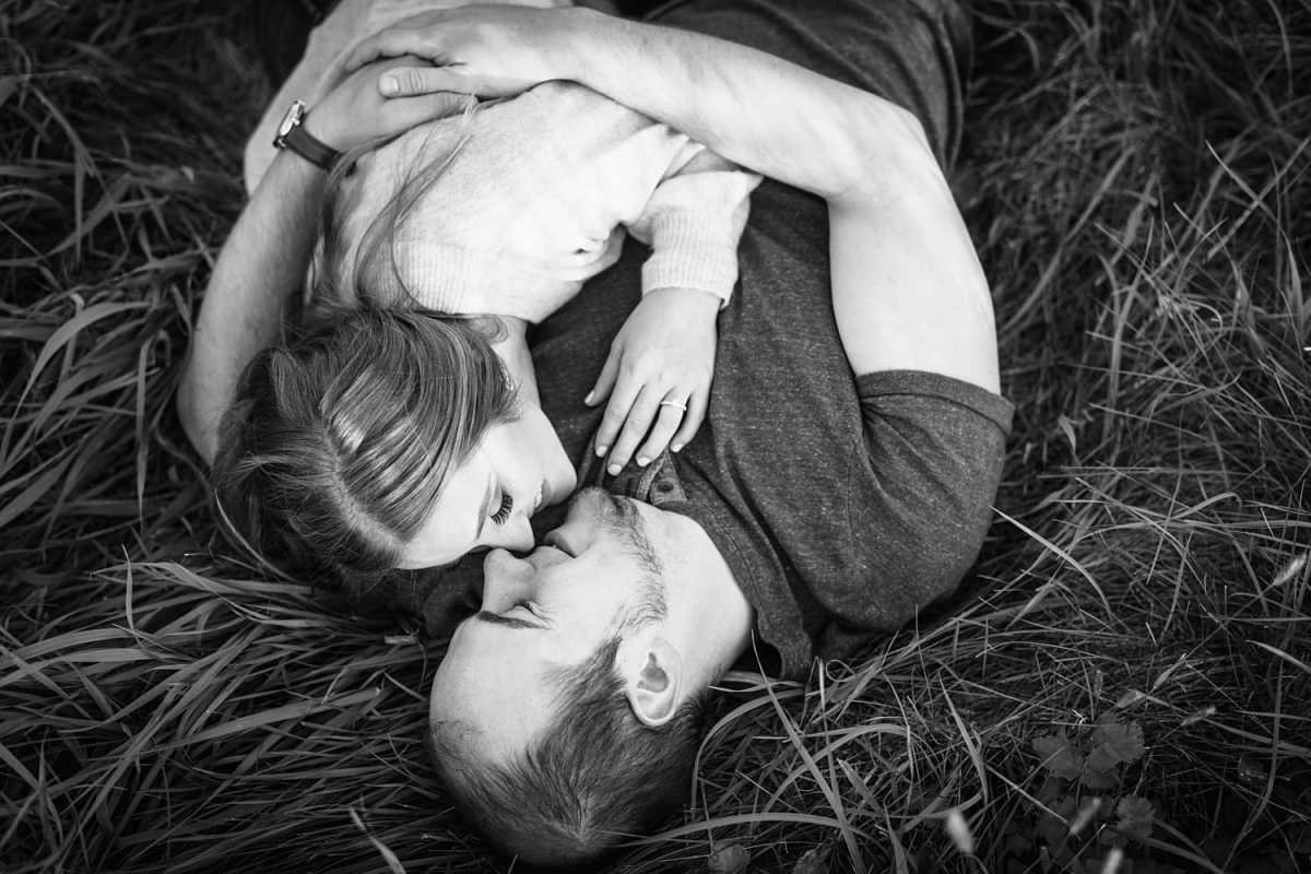 engagement photos with cuddles