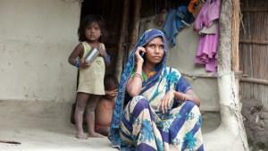 कोरोना के खिलाफ जंग में कूदी महिलाएं, वायरस से बचाव के लिए मोबाइल को बनाया हथियार