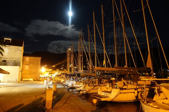 Vïs harbor moon