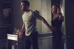 """Arrow -- """"Haunted"""" -- Image AR404A_0213b.jpg -- Pictured (L-R) : Stephen Amell as Oliver Queen and Katie Cassidy as Laurel Lance -- Photo: Katie Yu/ The CW -- © 2015 The CW Network, LLC. All Rights Reserved."""