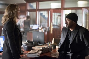 "The Flash -- ""The Reverse Flash Returns"" -- Image FLA211a_0008b -- Pictured (L-R): Shantel Van Santen as Detective Patty Spivot and Jesse L. Martin as Detective Joe West -- Photo: Diyah Pera/The CW -- © 2016 The CW Network, LLC. All rights reserved."
