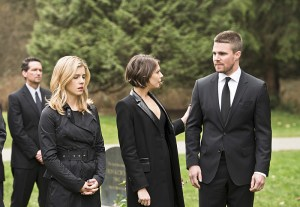 "Arrow -- ""Canary Cry"" -- Image AR419b_0099b.jpg -- Pictured (L-R): Emily Bett Rickards as Felicity Smoak, Willa Holland as Thea Queen and Stephen Amell as Oliver Queen - Photo: Diyah Pera/The CW -- © 2016 The CW Network, LLC. All Rights Reserved."