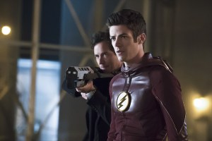 "The Flash -- ""The Race of His Life"" -- Image: FLA223b_0065b.jpg -- Pictured (L-R): Tom Cavanagh as Harrison Wells and Grant Gustin as Barry Allen -- Photo: Katie Yu/The CW -- © 2016 The CW Network, LLC. All rights reserved."