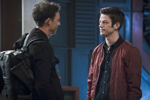"""The Flash -- """"The Race of His Life"""" -- Image: FLA223a_0223b.jpg -- Pictured (L-R): Tom Cavanagh as Harrison Wells and Grant Gustin as Barry Allen -- Photo: Katie Yu/The CW -- © 2016 The CW Network, LLC. All rights reserved."""