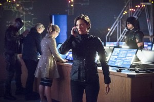 """Arrow -- """"Monument Point"""" -- Image AR421b_0328b2.jpg -- Pictured (L-R): David Ramsey as John Diggle, Tom Amandes as Noah Kuttler/Calculator, Emily Bett Rickards as Felicity Smoak, Audrey Marie Anderson as Lyla Michaels and Stephen Amell as Green Arrow -- Photo: Dean Buscher/The CW -- © 2016 The CW Network, LLC. All Rights Reserved."""