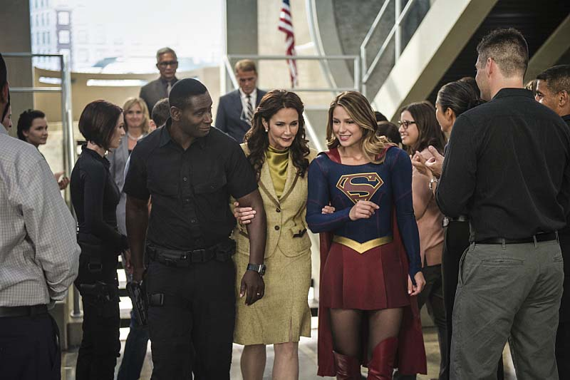 "Supergirl -- ""Welcome to Earth"" -- Image SPG203c_0312 -- Pictured (L-R): David Harewood as Hank Henshaw, Lynda Carter as President Olivia Marsdin, Melissa Benoist as Kara/Supergirl,  -- Photo: Diyah Pera/The CW -- Ì?å© 2016 The CW Network, LLC. All Rights Reserved"