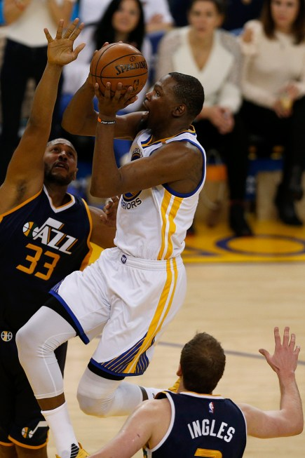 Golden State Warriors forward Kevin Durant (35) scores in the second half as the Utah Jazz face the Golden State Warriors at Oracle Arena in Oakland, Calif., on Monday, April 10, 2017.