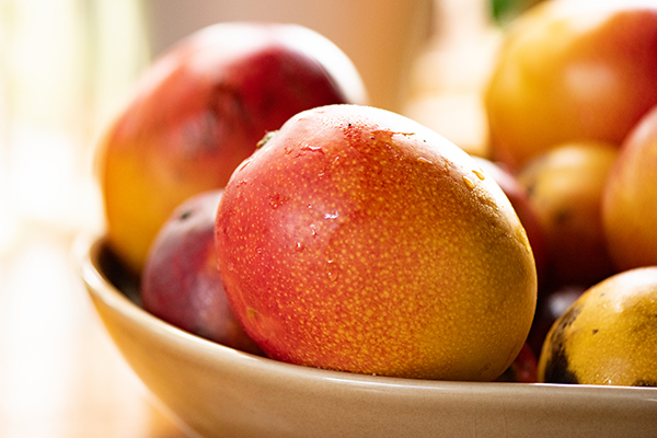 Ripes mangoes in a bowl