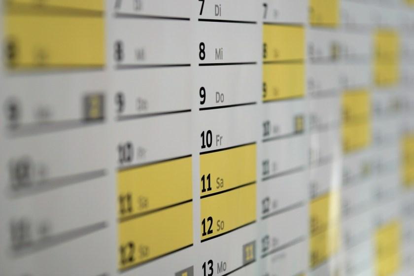 calendário com datas amarelas