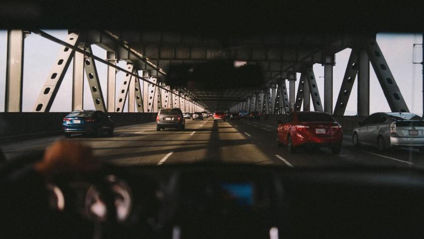 motorista dentro do carro andando no trânsito em ponte