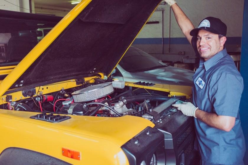 mecanico abre o capo do carro